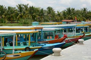 Tourboote auf dem Thu Bon Fluss