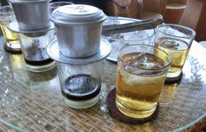 Vietnamesischer Kaffee und gekühlter grüner Tee