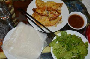 Banh Xeo, knusprige Pfannkuchen mit Kräutern, in Reispapier