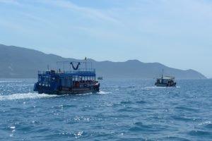 Tourboote unterwegs zu den Inseln