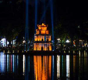 Hanoi bei Nacht, Pagode der Schildkröte im Hoan Kiem See
