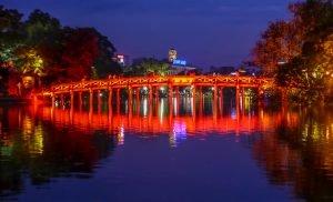 Hanoi bei Nacht, The-Huc Brücke zum Jadeberg Tempel im Hoan Kiem See