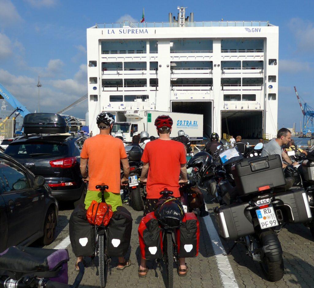 Radtour - Warten auf die Fährenbeladung in Genua